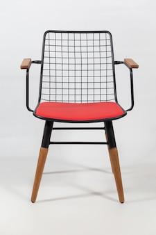 Vertikale aufnahme eines stuhls mit einem netz auf der rückenlehne eines stuhls hinter einer weißen oberfläche