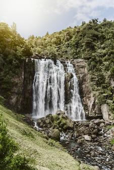 Vertikale aufnahme von marakopa fällt in die nordinsel von neuseeland.