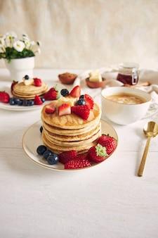 Vertikale aufnahme von pfannkuchen mit erdbeeren