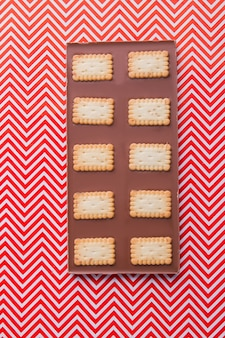 Vertikale aufnahme von schokoriegel mit rechteckigen knusprigen keksen