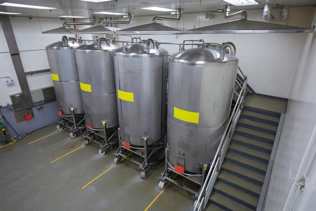 Vertikale edelstahltanks der edelstahlgruppe mit in ausrüstung tank chemiekeller in der mit scrollrad edelstahltanks reinigung und behandlung in chemiewerk