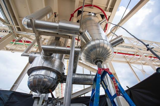 Vertikale edelstahltanks und -rohre mit druckmesser im gerätetank chemiekeller bei der reinigung und behandlung von edelstahltanks.
