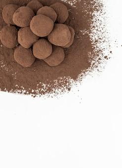 Vertikale flache lage von schokoladentrüffeln in einer ecke gestapelt. gebäck-konzept.