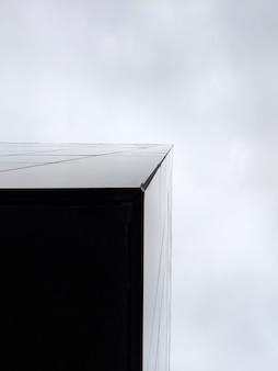 Vertikale flachwinkelaufnahme eines dreieckigen hochhausgebäudes