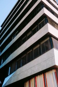 Vertikale flachwinkelaufnahme eines stein- und metallgebäudes unter dem blauen himmel
