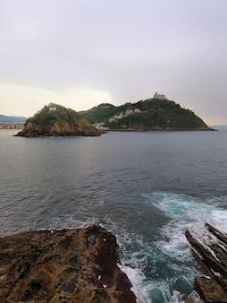 Vertikale hohe winkelaufnahme einer hypnotisierenden strandlandschaft in san sebastian, spanien