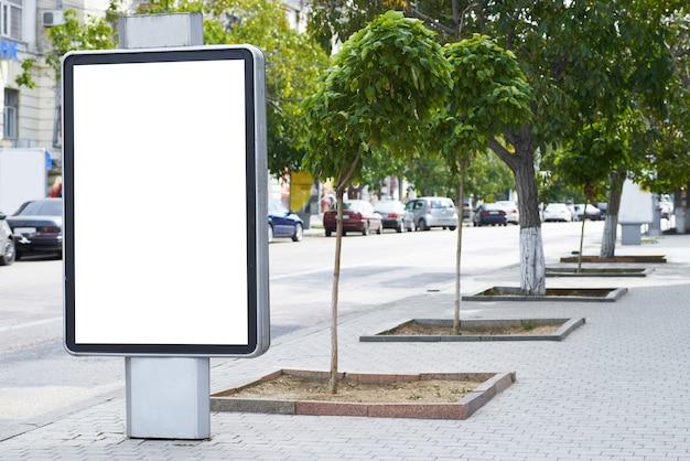 Vertikale leere plakatwand auf der stadtstraße
