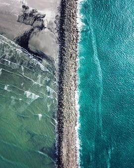 Vertikale luftaufnahme des columbia river, der den pazifischen ozean bei fort stevens trifft
