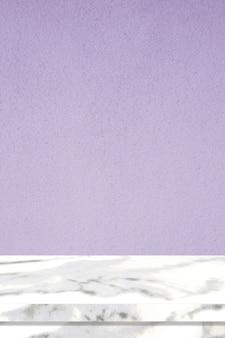 Vertikale marmortischoberfläche und lila zementwand