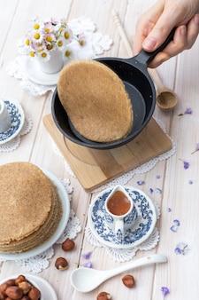 Vertikale nahaufnahmeaufnahme des hohen winkels von rohen veganen pfannkuchen in einem ästhetischen tischdesign