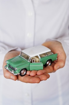 Vertikale nahaufnahmeaufnahme einer person, die daran denkt, ein neues auto zu kaufen oder ein fahrzeug zu verkaufen