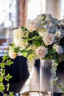 Vertikale nahaufnahmeaufnahme eines schönen hochzeitsstraußes mit herrlichen weißen rosen