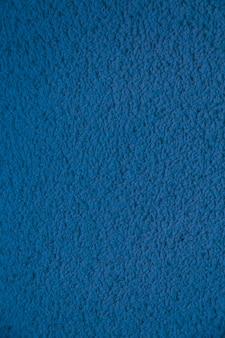 Vertikale neue blaue zementwand. schöner betonstuck. lackierter zement. hintergrund textur wand