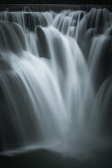 Vertikale schöne aufnahme eines wasserfalls