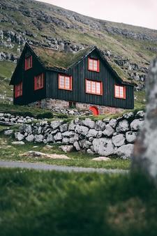 Vertikale selektive fokusaufnahme des färöischen holzhauses in kirkjubour