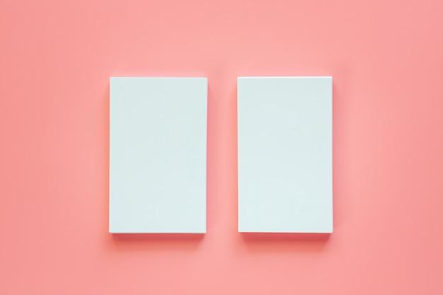 Vertikale zwei der leeren visitenkarten auf rosa hintergrund