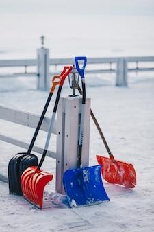 Vertikaler außenaufnahme der plastikschaufel für das entfernen des schnees