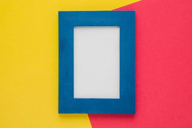 Vertikaler blauer rahmen mit zweifarbigem hintergrund
