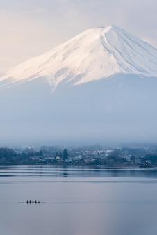 Vertikaler fujisan des fujisans vom kawaguchigo see mit kayaking im vordergrund