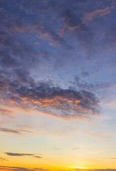 Vertikaler hintergrund des bunten himmels nach sonnenuntergang am abend