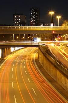 Vertikaler hochwinkelschuss einer beleuchteten autobahn bei nacht
