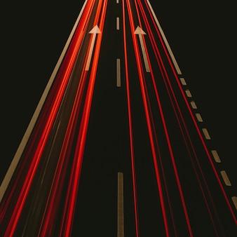 Vertikaler hoher engelsschuss von autolichtern auf einer autobahn in langzeitbelichtung