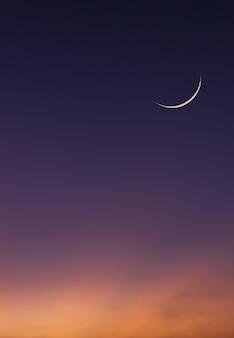 Vertikaler islamischer mondhimmel auf dunkelblauer dämmerungsdämmerung am abend.