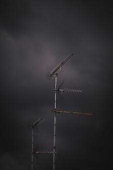 Vertikaler schuss einer antenne im stürmischen wetter