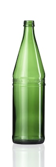 Vertikaler schuss einer leeren glasflasche isoliert