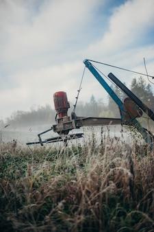 Vertikaler schuss eines landwirtschaftlichen erntemaschinen im feld
