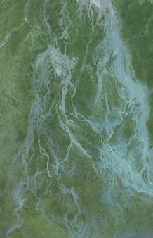Vertikaler schuss hoher winkel der weißen wellen im türkisfarbenen meer