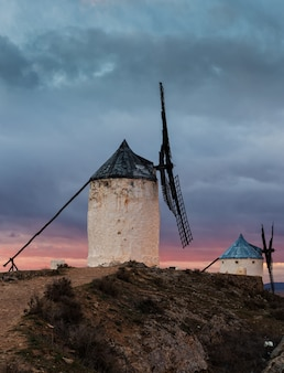 Vertikaler schuss traditioneller windmühlen in consuegra, toledo, spanien