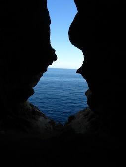 Vertikaler schuss von der innenseite des eingangs der ghar in-naghag-höhle in den maltesischen inseln, malta