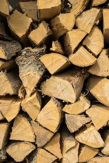 Vertikaler schuss von eichen- und buchenbrennholz