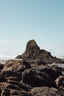 Vertikaler schuss von felsen an der küste des pazifischen nordwestens in cannon beach, oregon
