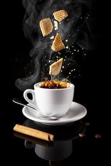 Vertikaler schuss von heißem kaffee mit waffeln