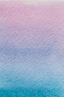 Vertikaler sonnenuntergang cyanblau violett rosa lila licht hand gezeichneten abstrakten aquarell gradienten hintergrund. platz für text, schrift, kopie. schöne postkartenvorlage.