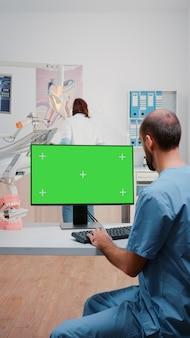 Vertikaler videoassistent mit horizontalem greenscreen auf dem computer