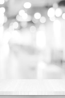 Vertikaler weißer tischpräsentationsschreibtisch und unscharfer hintergrund