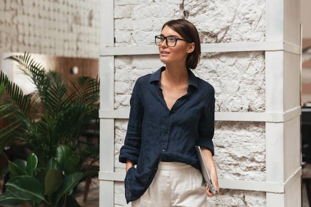 Vertikales bild des weiblichen managers in brillen