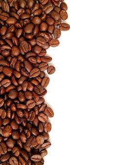 Vertikales bild von den röstkaffeebohnen lokalisiert auf weißem hintergrund