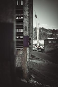 Vertikales foto. ansicht der wand eines industriegebäudes