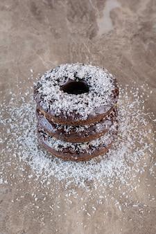Vertikales foto des hausgemachten muffins mit pulver auf grau.