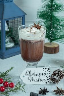 Vertikales foto von frischem schokoladeneis.