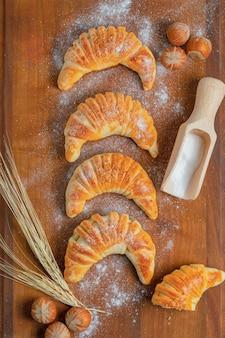 Vertikales foto von frischen hausgemachten croissants.