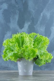 Vertikales foto von grünen salatblättern.