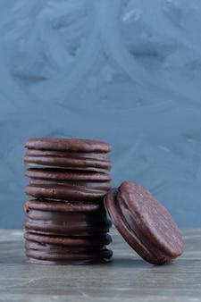Vertikales foto von hausgemachten schokoladenkeksen auf grau.