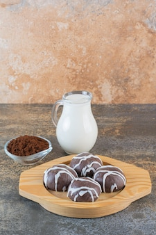 Vertikales foto von hausgemachten schokoladenplätzchen mit milch