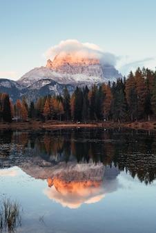 Vertikales foto. wunderschöne berge in wolken. tolle landschaft. wälder in der nähe des sees
