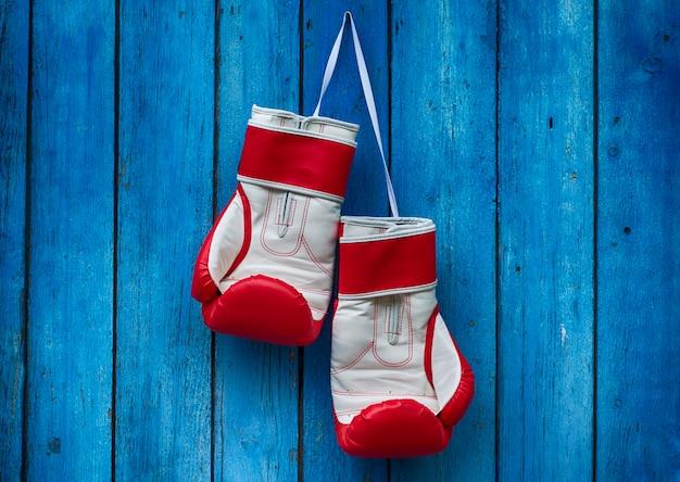 Vertikales hölzernes altes blau mit boxhandschuhen